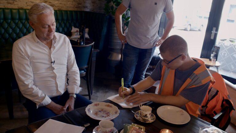 Marc Christiaens (Directeur Werk bij WSD) en Mitchel van Doorn tekenen zijn arbeidscontract als 500e medewerker bij WSD via de Participatiewet